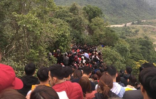 200.000 đồng/lượt đi thuyền trên hồ Tam Chúc, du khách vẫn chen nhau đi - Ảnh 7.
