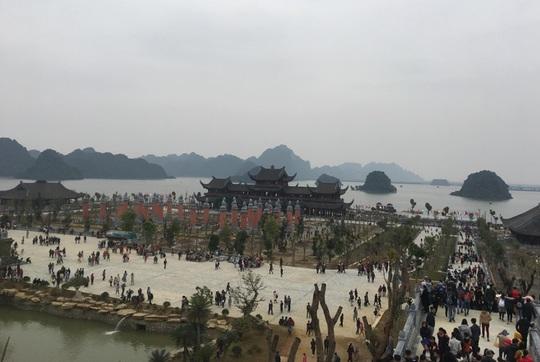 200.000 đồng/lượt đi thuyền trên hồ Tam Chúc, du khách vẫn chen nhau đi - Ảnh 2.