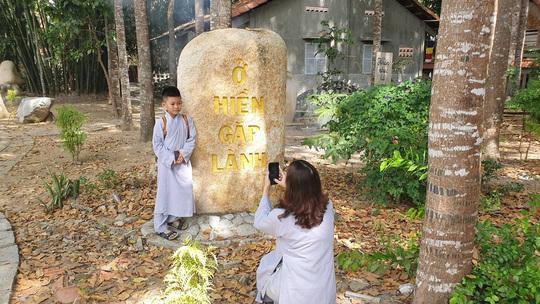 CLIP: Ngắm vườn kinh đá độc đáo của ngôi chùa nằm bên cạnh dòng sông Hậu - Ảnh 13.