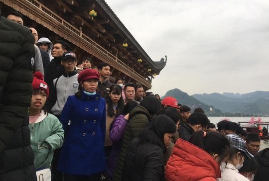 200.000 đồng/lượt đi thuyền trên hồ Tam Chúc, du khách vẫn chen nhau đi - Ảnh 12.