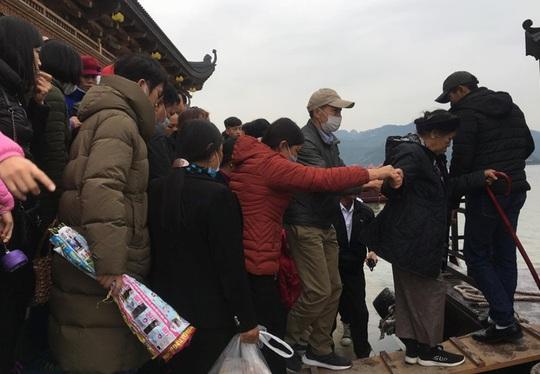200.000 đồng/lượt đi thuyền trên hồ Tam Chúc, du khách vẫn chen nhau đi - Ảnh 11.