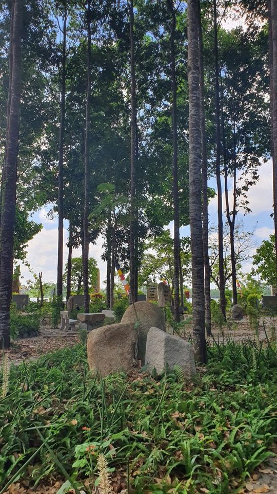 CLIP: Ngắm vườn kinh đá độc đáo của ngôi chùa nằm bên cạnh dòng sông Hậu - Ảnh 2.