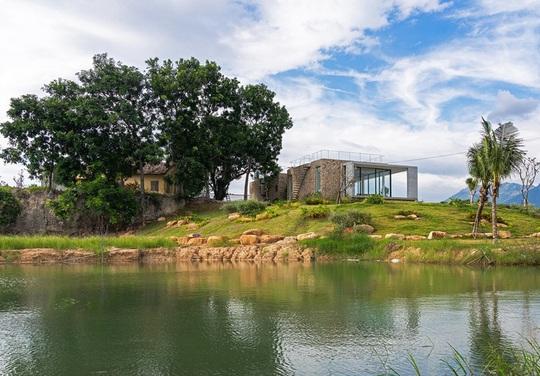 Ngôi nhà nửa nổi nửa chìm trên đồi đá - Ảnh 1.