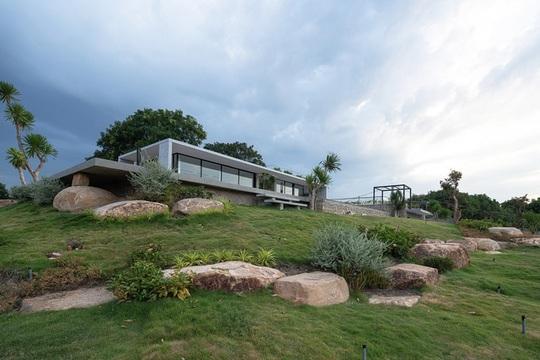 Ngôi nhà nửa nổi nửa chìm trên đồi đá - Ảnh 2.