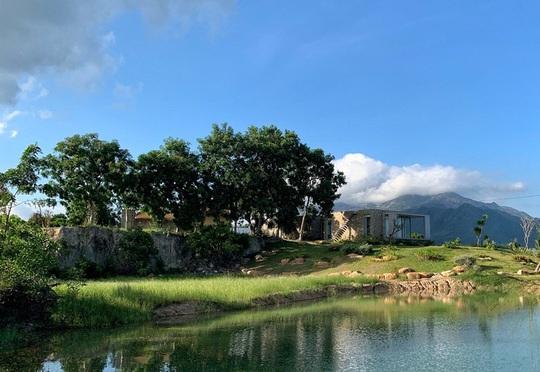 Ngôi nhà nửa nổi nửa chìm trên đồi đá - Ảnh 9.