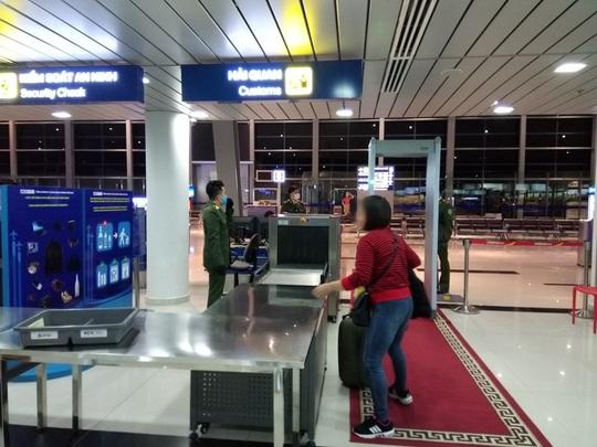 Đã tiếp cận được nữ hành khách bị sốt bỏ đi ở sân bay Cát Bi - Ảnh 1.