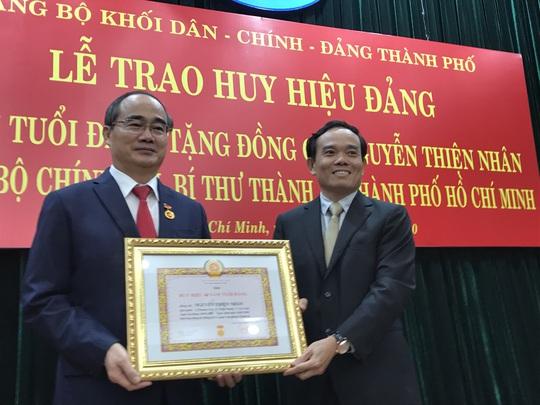 Bí thư Nguyễn Thiện Nhân xúc động khi nhận huy hiệu 40 năm tuổi Đảng - Ảnh 1.
