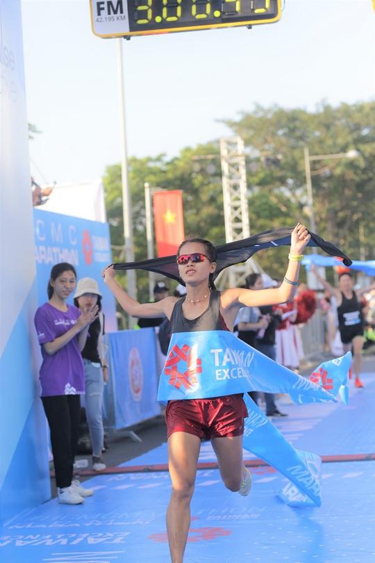 Phạm Thị Hồng Lệ vô địch marathon TP HCM 2020 - Ảnh 1.