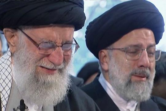 Đại giáo chủ Iran liên tục bật khóc trước linh cữu tướng Soleimani - Ảnh 1.