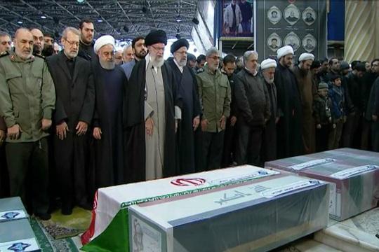 Đại giáo chủ Iran liên tục bật khóc trước linh cữu tướng Soleimani - Ảnh 2.