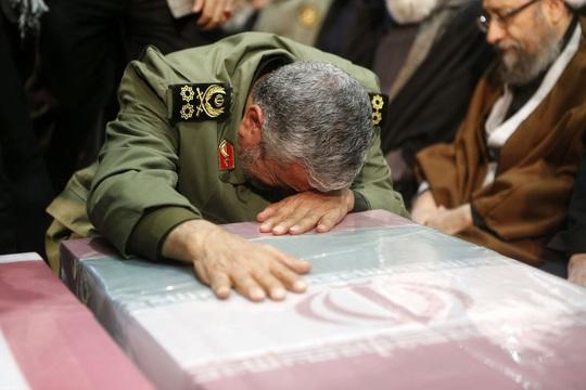 Đại giáo chủ Iran liên tục bật khóc trước linh cữu tướng Soleimani - Ảnh 3.