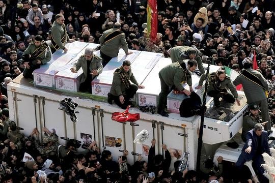 Đại giáo chủ Iran liên tục bật khóc trước linh cữu tướng Soleimani - Ảnh 6.