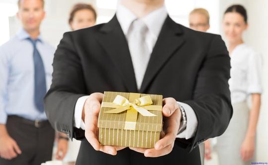 Cách xử lý quà tặng dịp Tết, cán bộ, công chức không bị kỷ luật - Ảnh 2.