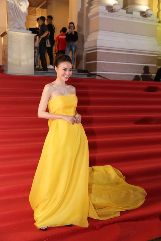 Những người đẹp gợi cảm trên thảm đỏ Mai Vàng 25 - Ảnh 2.