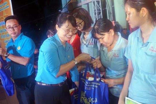 TP HCM hỗ trợ hơn 19.870 vé xe, vé tàu cho công nhân về quê đón Tết - Ảnh 2.