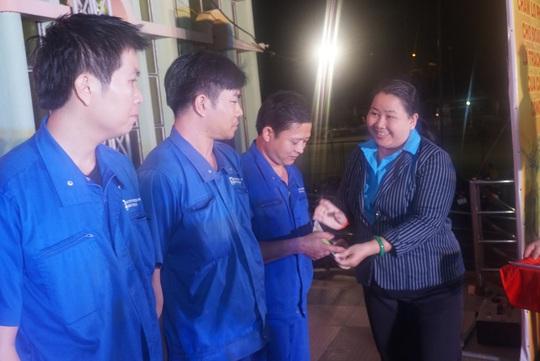 TP HCM hỗ trợ hơn 19.870 vé xe, vé tàu cho công nhân về quê đón Tết - Ảnh 4.