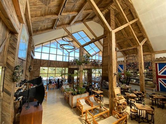 Du khách mê mẩn với quán cà phê phong cách Bắc Âu mới xuất hiện ở Đà Lạt - Ảnh 1.