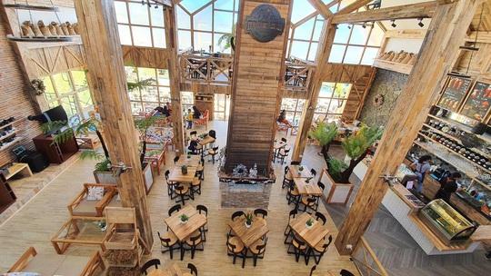 Du khách mê mẩn với quán cà phê phong cách Bắc Âu mới xuất hiện ở Đà Lạt - Ảnh 2.