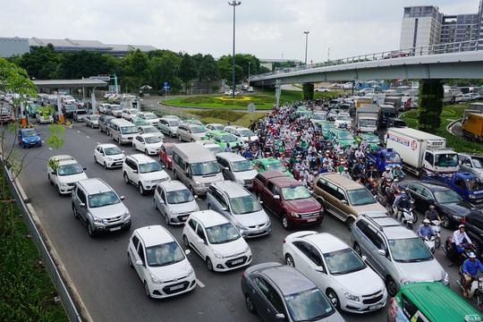 Từ hôm nay, CSGT huy động tối đa lực lượng chốt ở khu vực sân bay Tân Sơn Nhất - Ảnh 3.