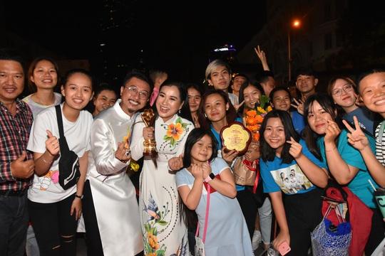 Vợ chồng Lâm Vỹ Dạ lao vào vòng tay fan mừng Mai Vàng - Ảnh 6.