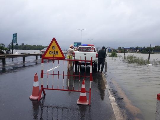 CLIP: Nước lũ đã băng qua Quốc lộ 1 ở Quảng Nam - Ảnh 4.