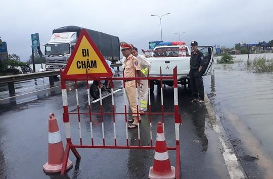 CLIP: Nước lũ đã băng qua Quốc lộ 1 ở Quảng Nam - Ảnh 6.