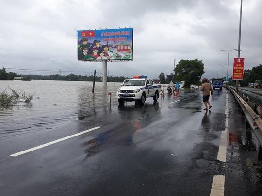 CLIP: Nước lũ đã băng qua Quốc lộ 1 ở Quảng Nam - Ảnh 5.