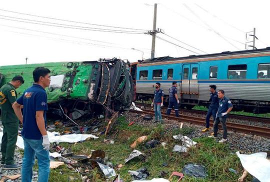 Tàu hỏa húc tung xe buýt chở người đi lễ chùa, 20 người thiệt mạng ở Thái Lan - Ảnh 2.