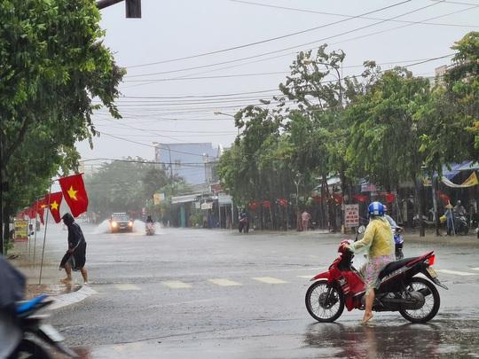 Bão số 6: Quảng Nam mưa to kèm gió mạnh, ngập lụt nhiều nơi - Ảnh 4.