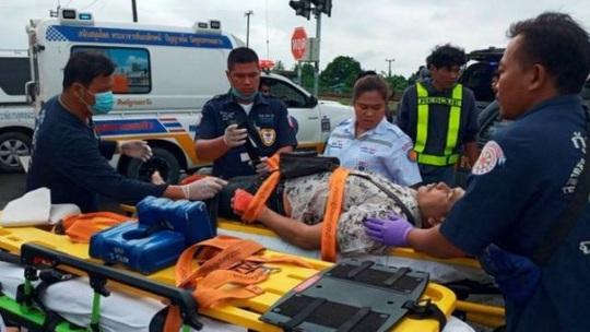 Tàu hỏa húc tung xe buýt chở người đi lễ chùa, 20 người thiệt mạng ở Thái Lan - Ảnh 4.