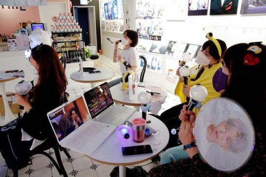 Hơn trăm triệu người cổ vũ nhóm BTS qua màn hình - Ảnh 4.