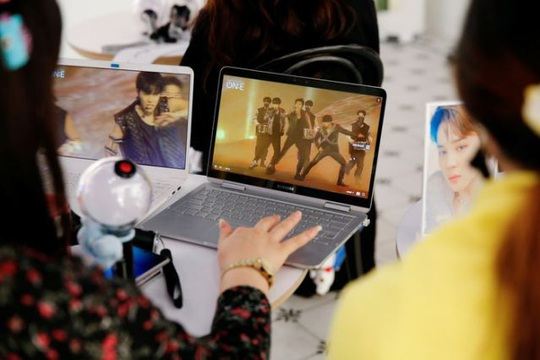 Hơn trăm triệu người cổ vũ nhóm BTS qua màn hình - Ảnh 3.