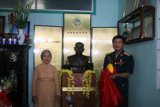 Đồng đội đặt tượng tưởng nhớ cố Đại tá phi công Nguyễn Văn Bảy - Ảnh 2.