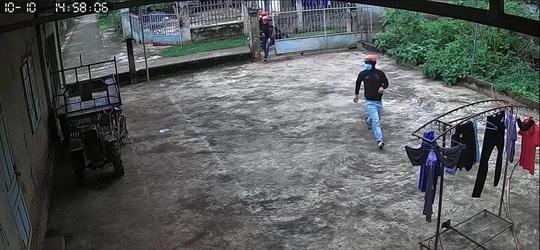 Bốn thanh niên tay lăm le dao, đột nhập nhà dân trộm… 2 chiếc quần! - Ảnh 2.