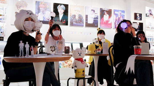 Hơn trăm triệu người cổ vũ nhóm BTS qua màn hình - Ảnh 1.