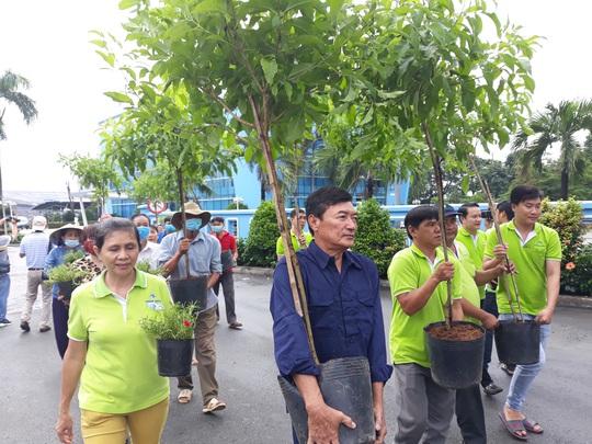 VWS trồng cây xanh và hoa trên đường vào Khu Liên hợp Xử lý chất thải Đa Phước - Ảnh 3.