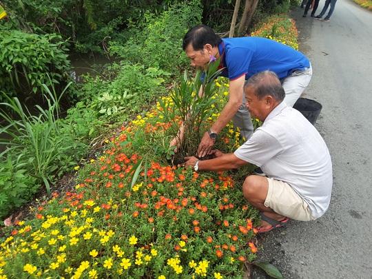 VWS trồng cây xanh và hoa trên đường vào Khu Liên hợp Xử lý chất thải Đa Phước - Ảnh 4.