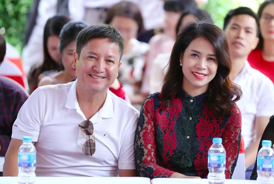 NSƯT Chí Trung tháp tùng bạn gái Ý Lan dự sự kiện - Ảnh 2.
