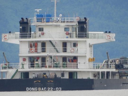 Tàu chở than và dầu mắc cạn ở biển Nam Ô - Ảnh 2.