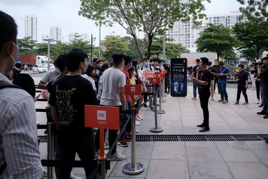 Sự kiện mở bán Xiaomi Mi 10T Pro tại Việt Nam thu hút đông đảo người dùng - Ảnh 1.