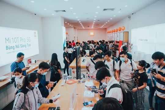 Sự kiện mở bán Xiaomi Mi 10T Pro tại Việt Nam thu hút đông đảo người dùng - Ảnh 2.