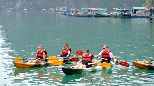 Mùa thu vàng khua mái chèo kayak trên vịnh Hạ Long - Ảnh 1.