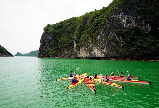 Mùa thu vàng khua mái chèo kayak trên vịnh Hạ Long - Ảnh 2.