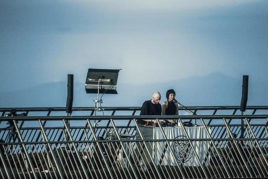 Khoảnh khắc đẹp lạ lùng của Cầu Vàng trong đêm nhạc quốc tế United We Stream Asia - Ảnh 6.