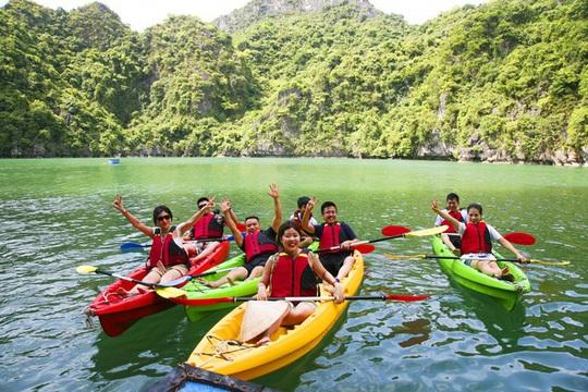Mùa thu vàng khua mái chèo kayak trên vịnh Hạ Long - Ảnh 6.