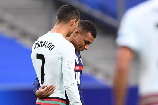 Ronaldo mắc Covid-19: Lộ nguy cơ lây nhiễm hàng loạt - Ảnh 2.