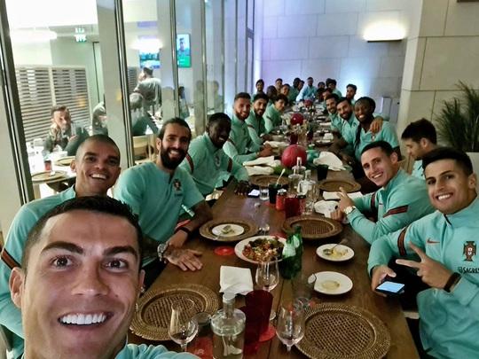 Ronaldo mắc Covid-19: Lộ nguy cơ lây nhiễm hàng loạt - Ảnh 4.