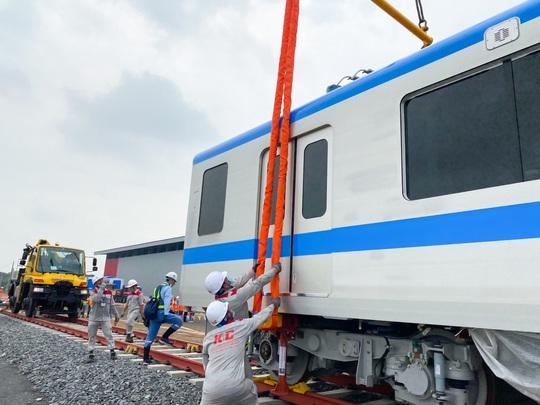 Ba toa tàu metro đầu tiên đã được lắp đặt thành công vào đường ray - Ảnh 1.