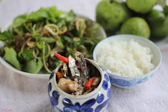 Trời mưa, ăn cá khô kho với cơm nguội - Ảnh 2.