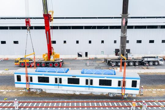 Ba toa tàu metro đầu tiên đã được lắp đặt thành công vào đường ray - Ảnh 3.